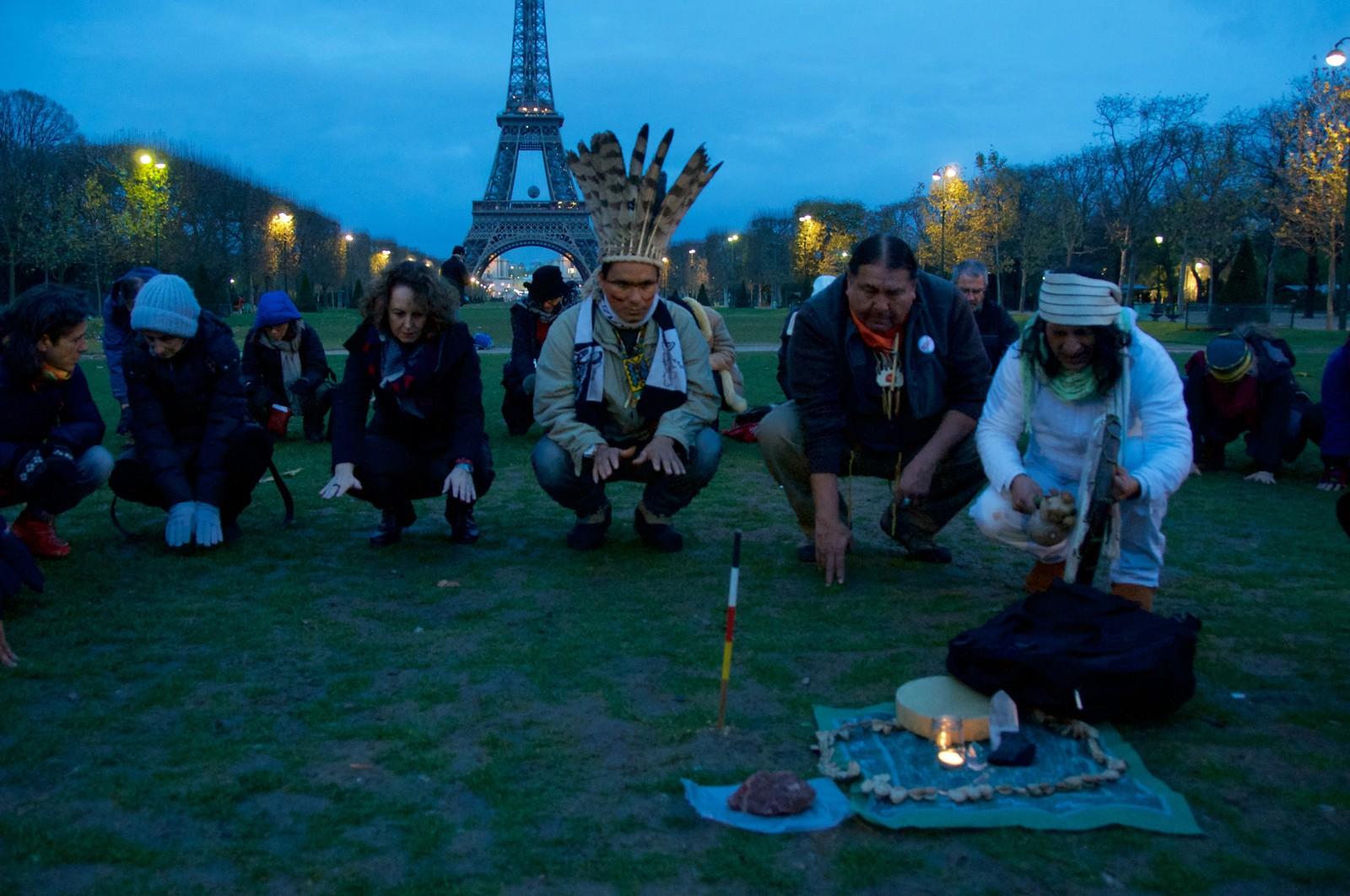 Urfolk samlet seg til soloppgangsseremoni nedenfor Eiffel tårnet.