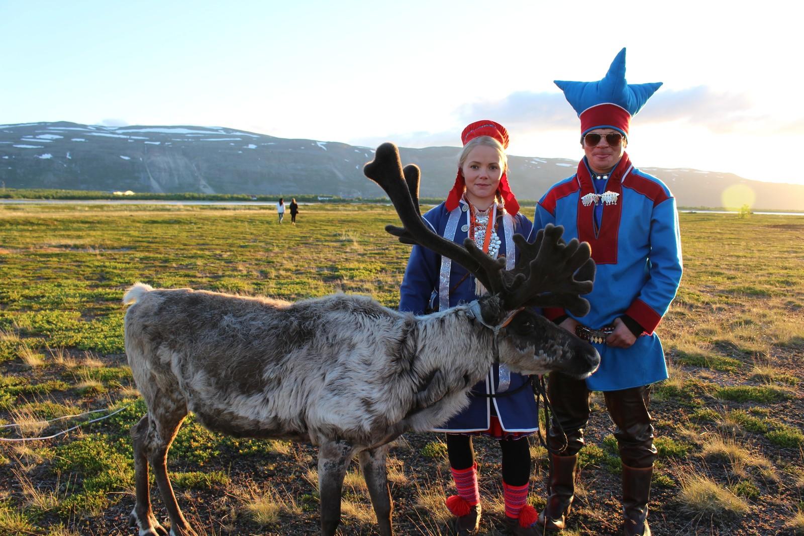 STOLTE EIERE: Anne Louise Næss Gaup og Mathias Aslak Eira poserer med dagens kjendis, de er selvfølgelige stolte matforeldre.
