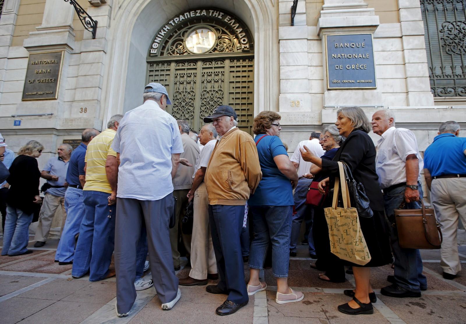 Pensjonister står og venter på å få ta ut penger i en bank i Aten.