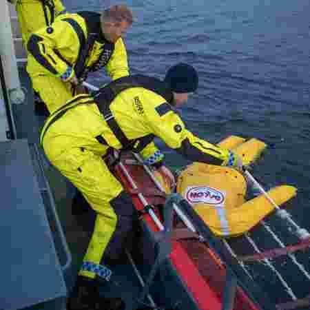 Simen drar opp treningsdukke fra sjøen