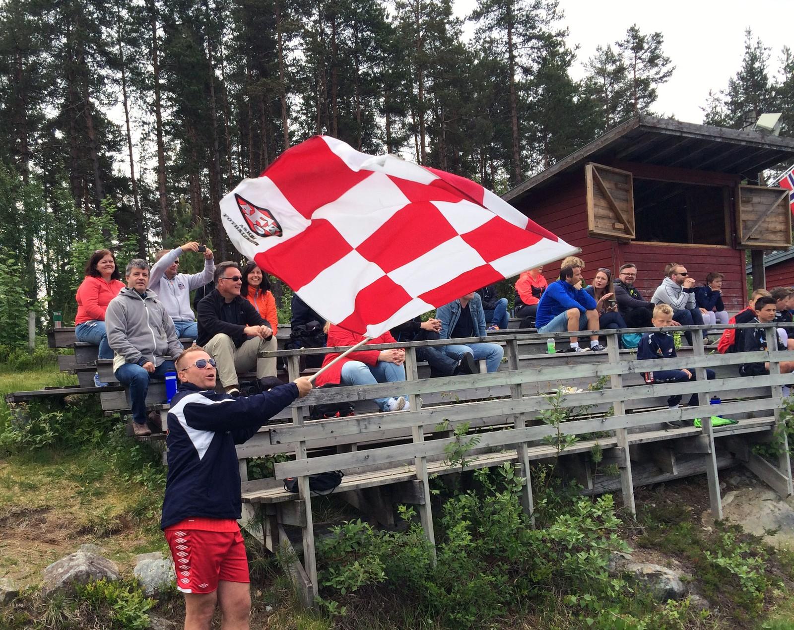 FLAGGAR FOR ASKØY: Pappa Erlend Aasbø og resten av delegasjonen frå Askøy heiar fram spelarane sine.