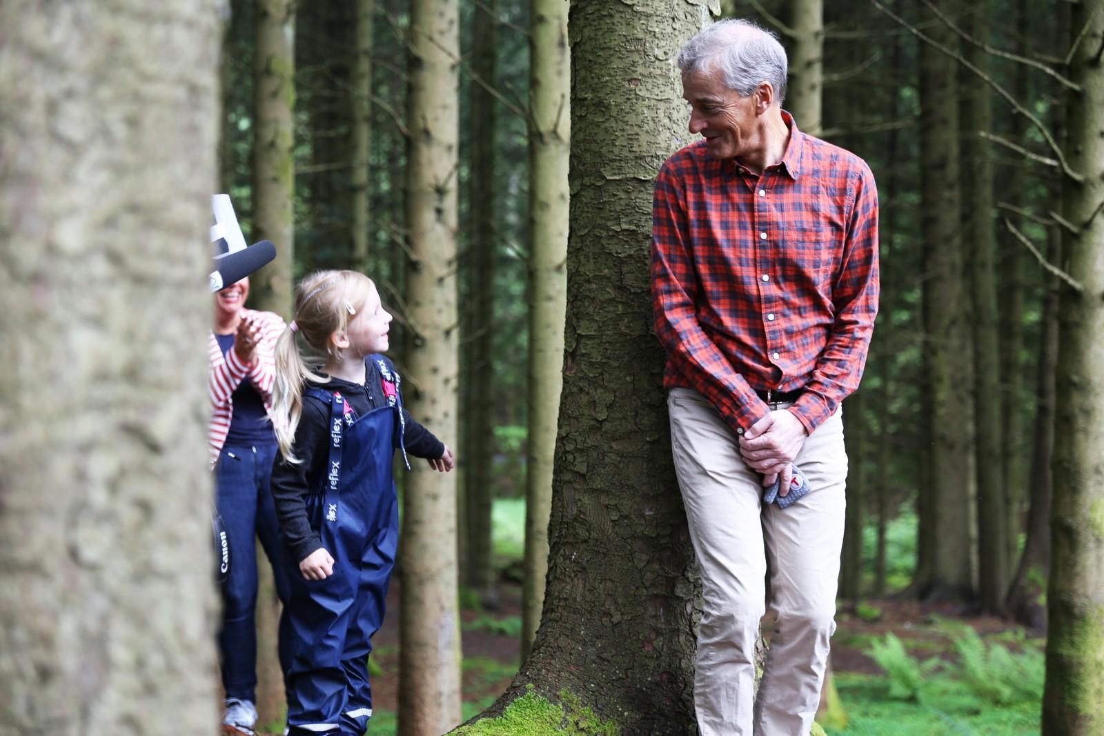 Jonas Gahr Støre lekte gjemsel med barn fra studentbarnehagen i Djupadalen i Haugesund. Treet som Støre står foran ble i forkant døpt til «Jonas-treet».