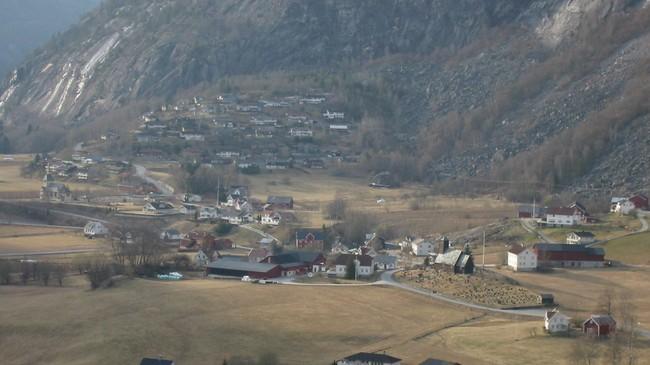 På dette biletet ser vi Gaupne gamle kyrkje til høgre og nyekyrkja heilt til venstre. Foto: Arild Nybø, NRK.