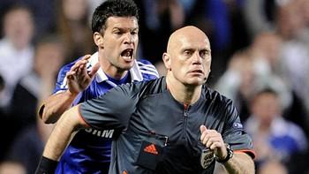 Chelseas Michael Ballack løper etter dommer Tom Henning Øvrebø
