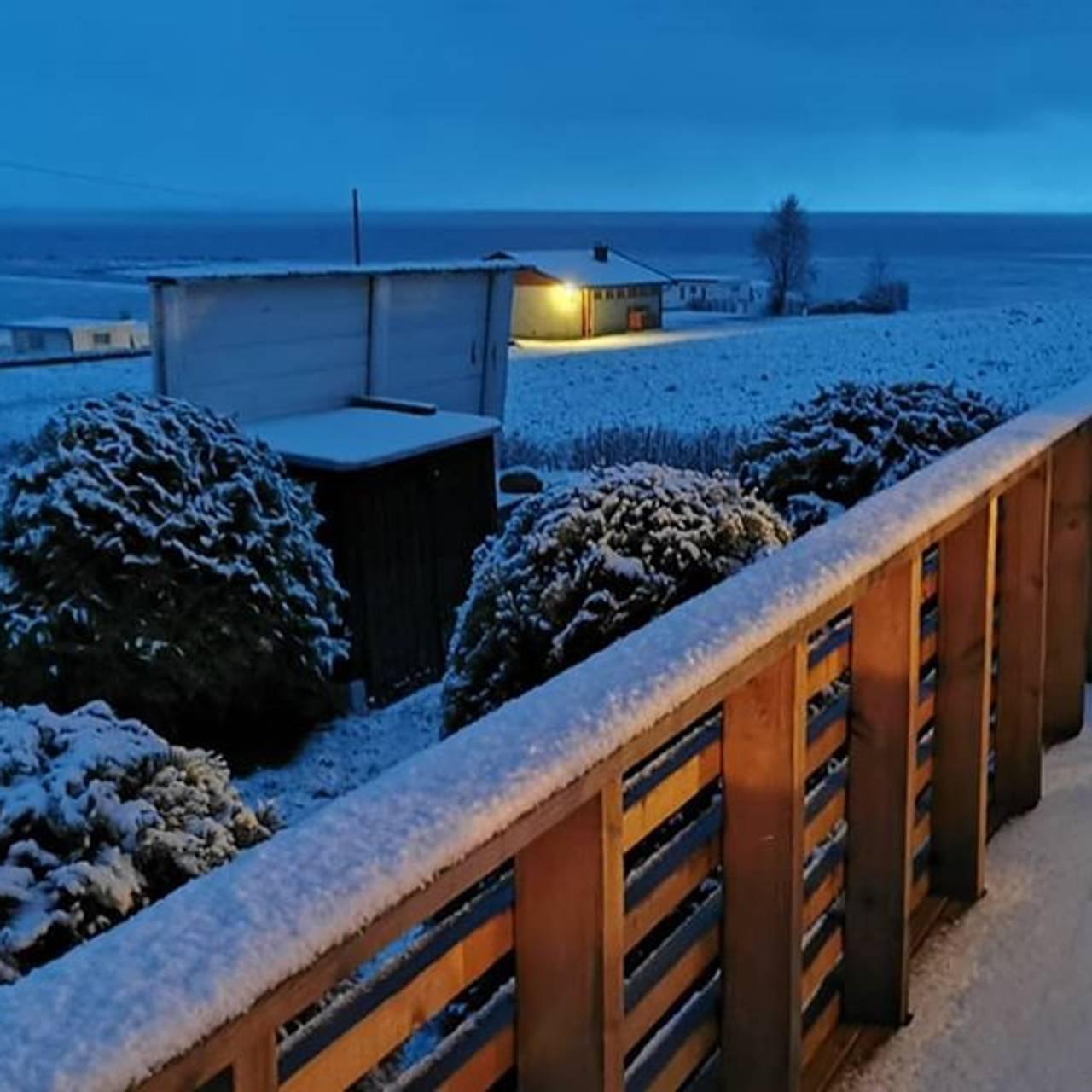 Snø i mai. Bildet er tatt ved fjorden i Skatval.