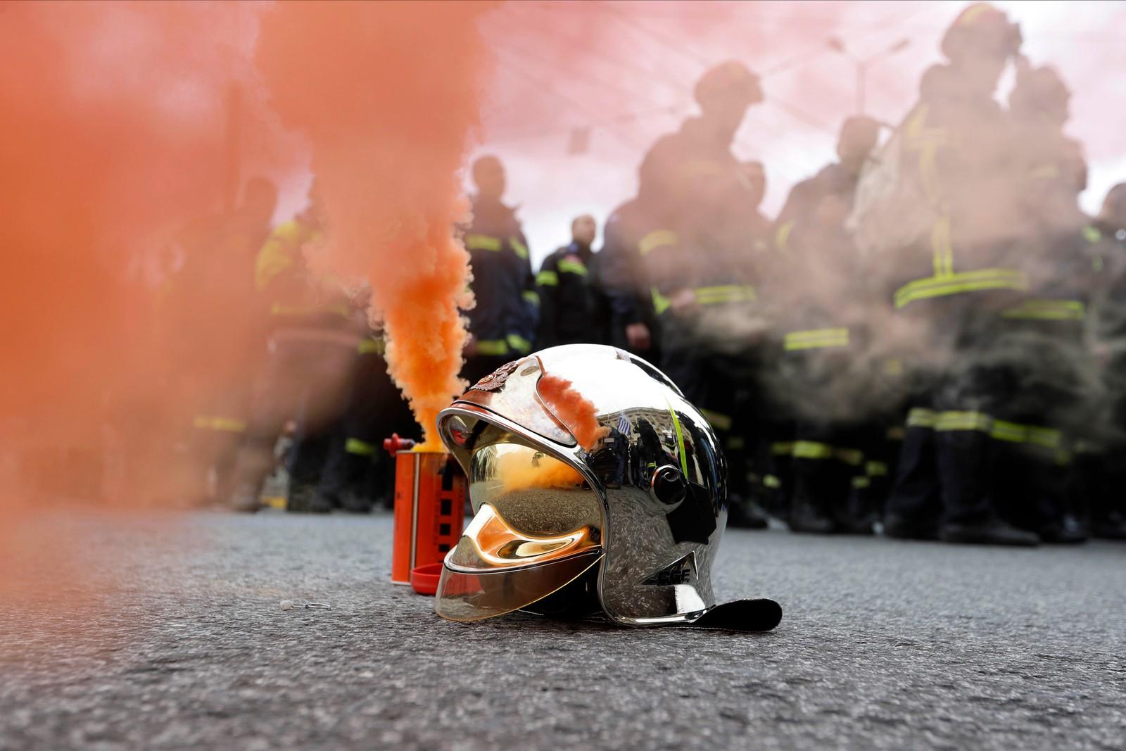Flere hundre brannmenn protesterte i Athen fordi mange står i fare for å miste jobbene sine på grunn av kortidskontrakter som snart går ut.