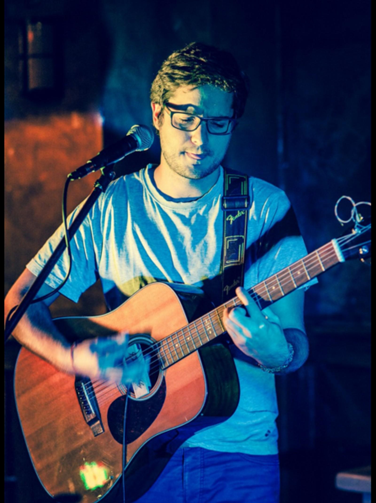 DREPT: Franske Romain Dunay (28) ble skutt i Bataclan. Han døde av skadene. Romain var gitarist. Han blir beskrevet som et musikertalent av sine venner.