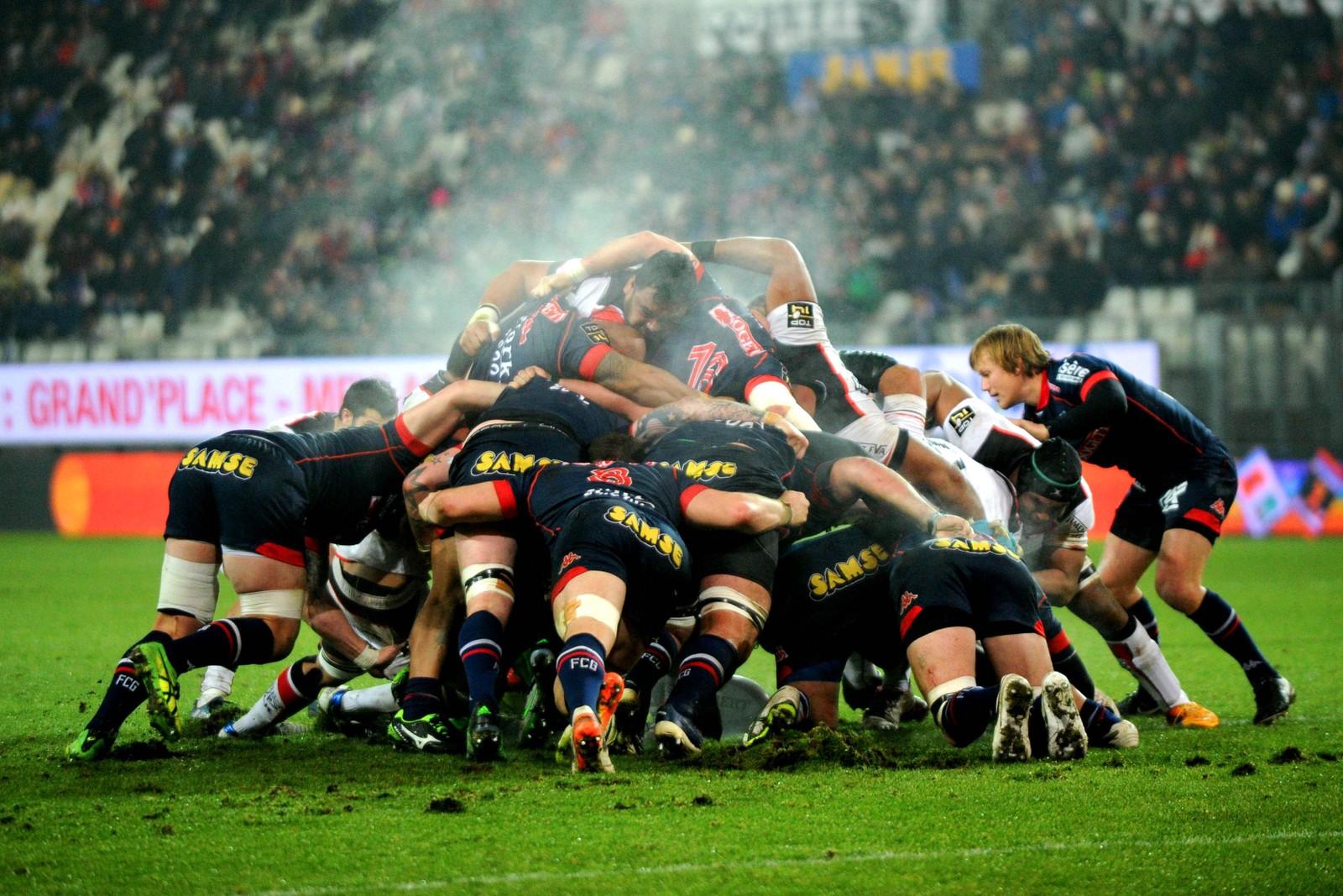 Rugbyspillere fra Grenoble of Stade Toulousain krangler om ballen i Grenoble i Frankrike.