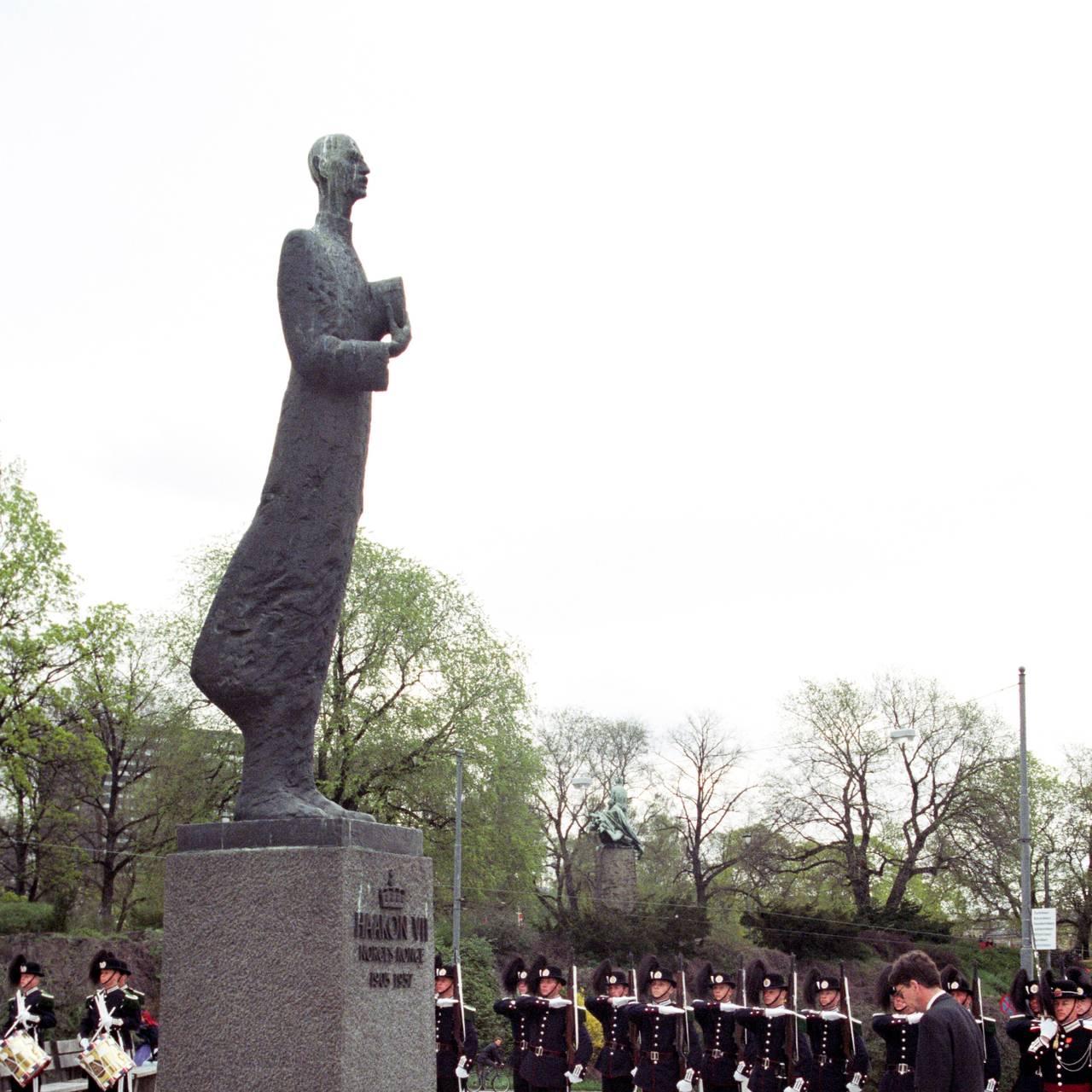 Frigjøringsjubileet  8. mai 1995 Utenriksminister Bjørn Tore Godal legger ned krans ved statuen av kong Haakon VII på 7. Juniplassen