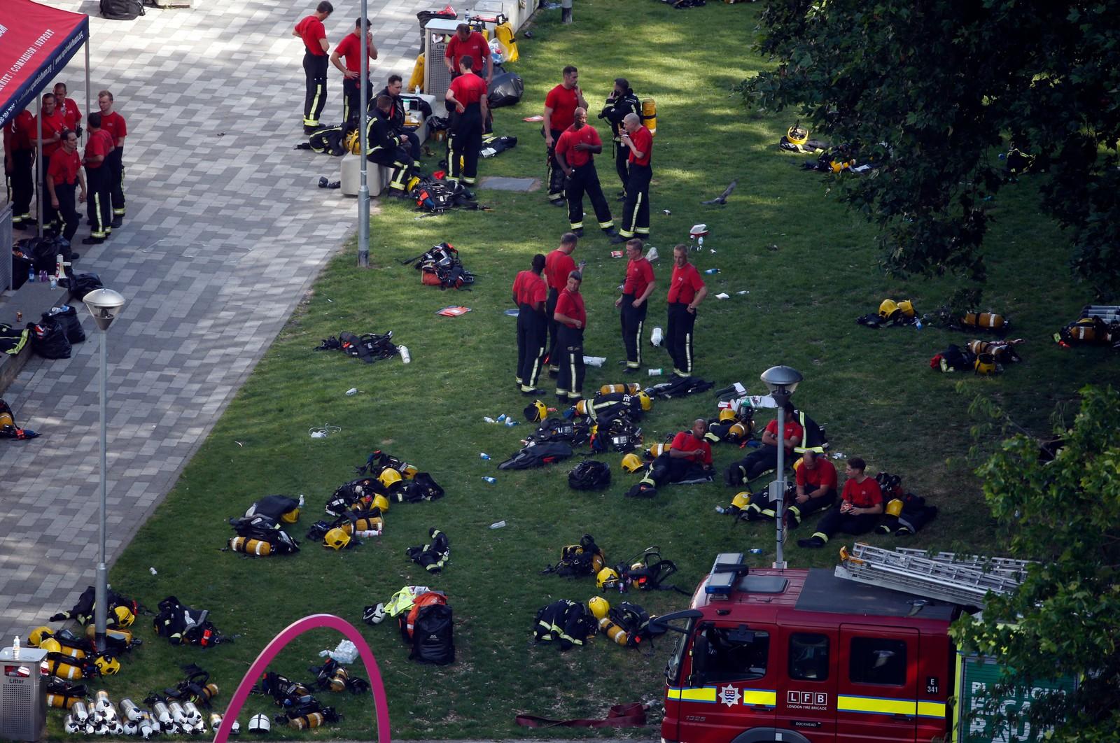 HVILER UT: Rundt 200 brannmenn deltok i det omfattende slukkings- og redningsarbeidet natt til onsdag.