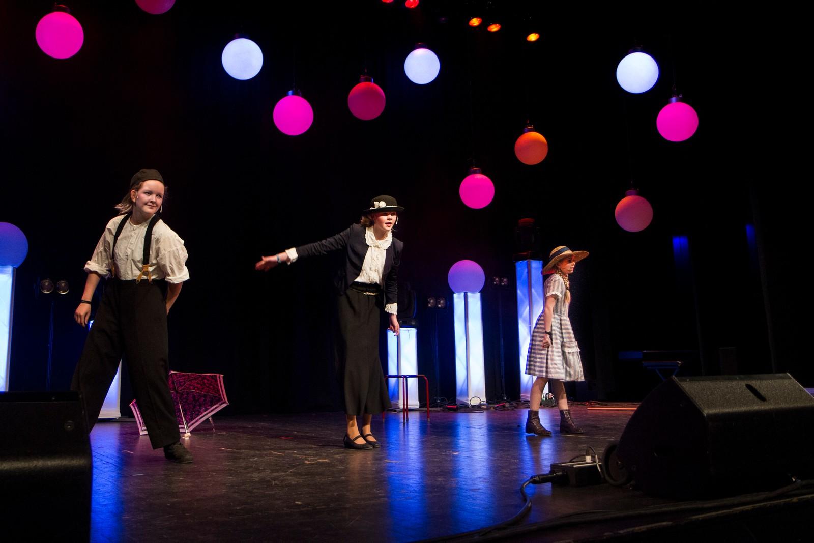 SOGNDAL: Louise Tveito, Ronja Bakketeig og Tuva Eikevik-Rue framfører ein Mary Poppins-potpurri