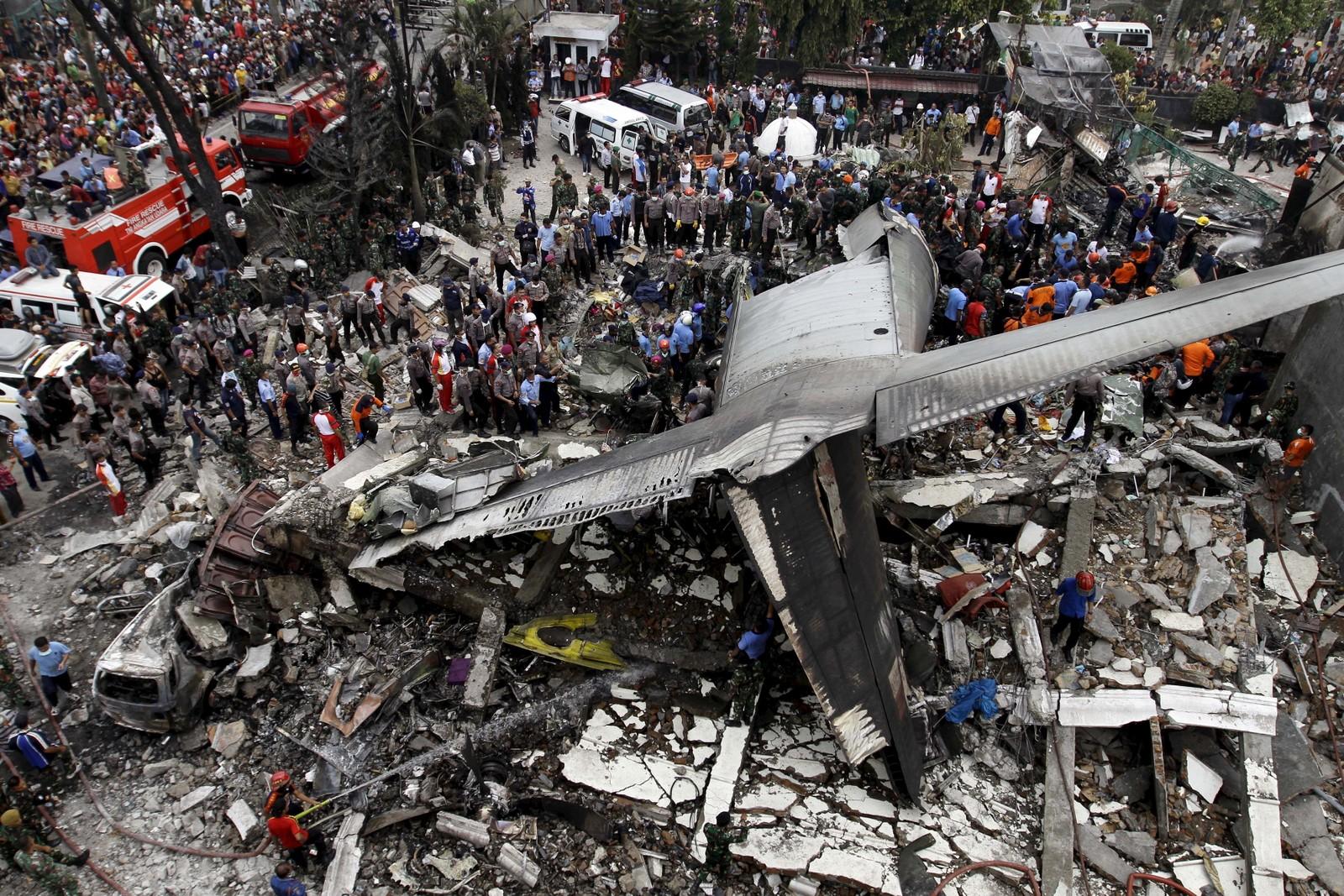 Vraket etter det indonesiske Hercules-flyet som styrtet i et boligfelt i Medan i Indonesia 30. juni. 30 mennesker døde i ulykken.