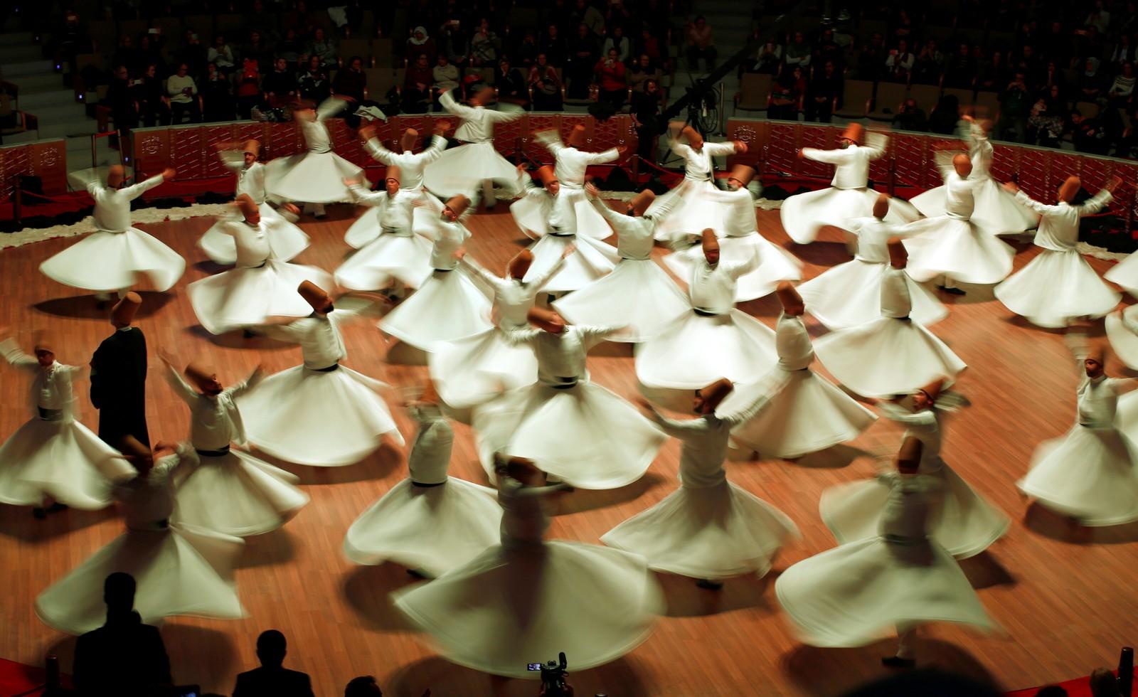 Det går rundt og rundt når den tradisjonelle «Sema»-dansen framføres i Konya, Tyrkia.