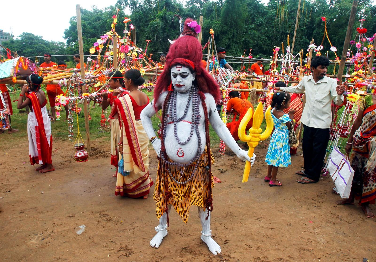En Shiva-tilhenger har kledd seg ut som guden Shiva for å være med på et arrangement under den hellige måneden Shravan i Agartala i India den 8. august. Denne måneden faster og tilber hinduer Shiva for å gjøre guden fornøyd.