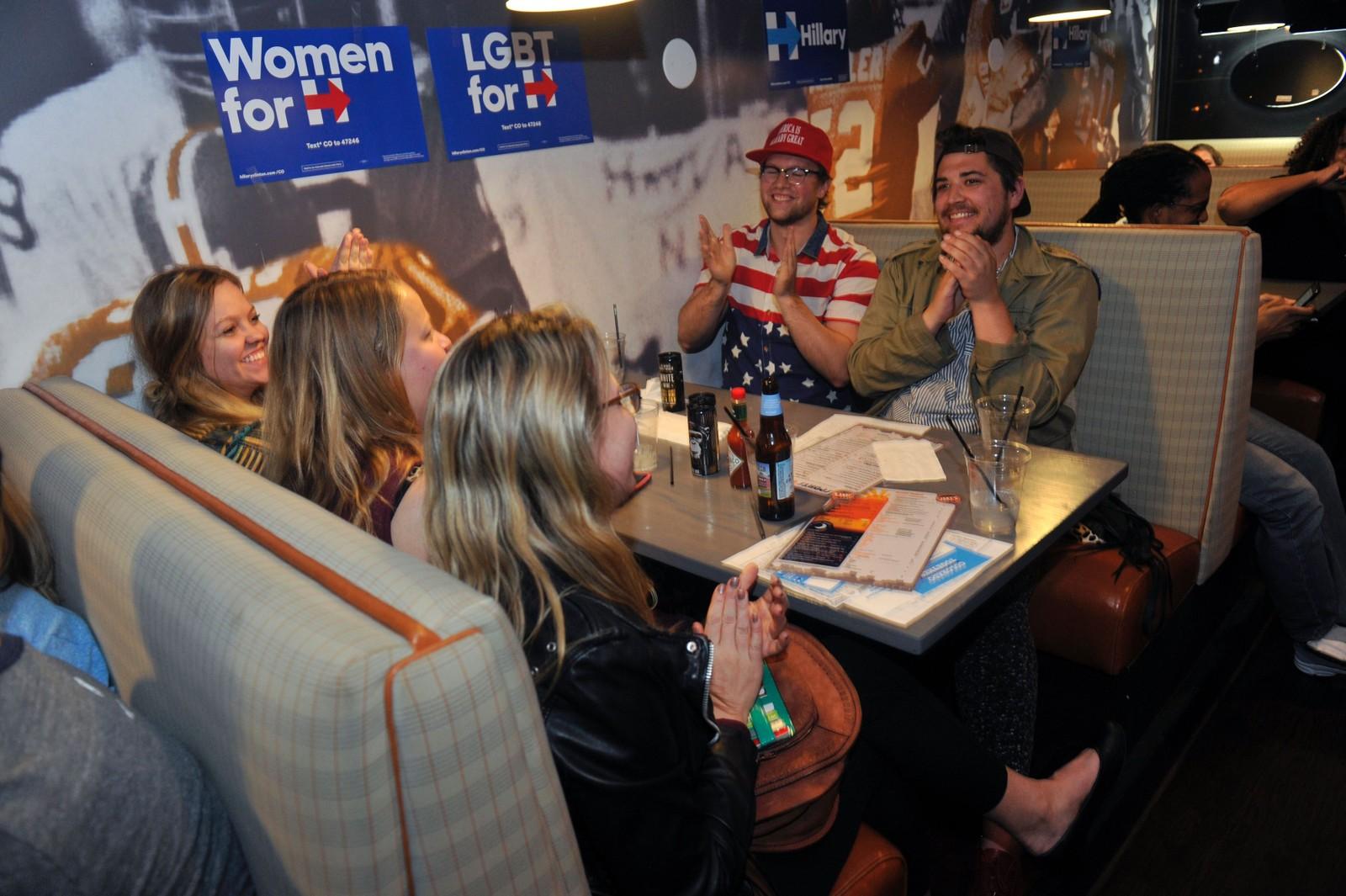 Millioner av mennesker verden over fikk med seg debatten. Her har en gjeng Hillary-supportere samlet seg på baren Jake's Sports & Spirits i Denver i Colorado.