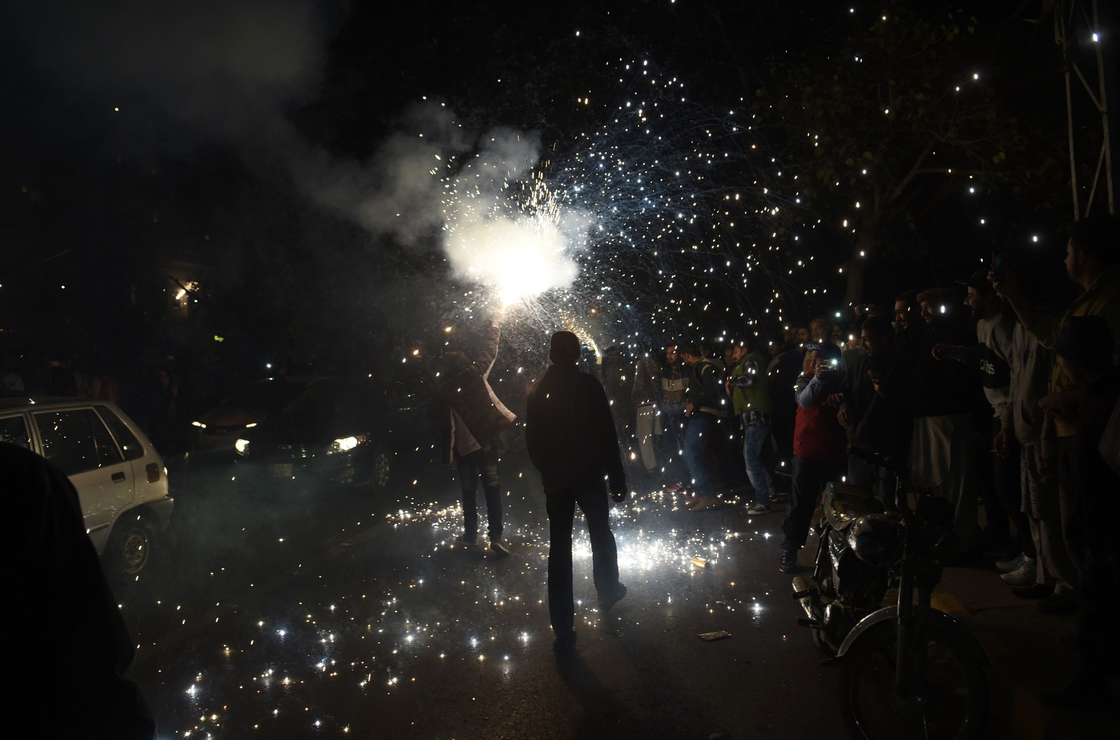 LAHORE: Ungdom fyrer av stjerneskudd og fyrverkeri i Lahore i Pakistan