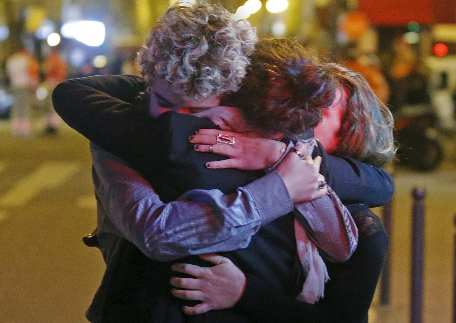 BATACLAN: Folk trøster hverandre utenfor konsertlokalet Bataclan der rundt 100 mennesker ble drept.