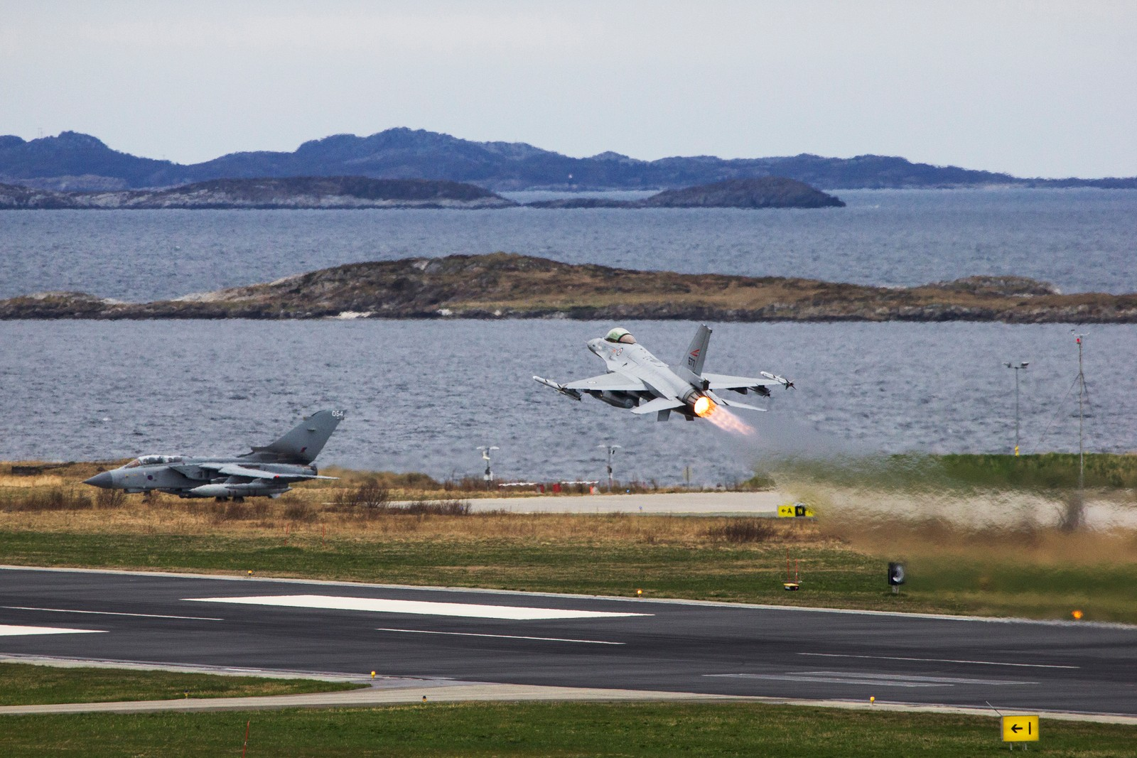 Norsk F-16 tar av, britisk Tornado står klar til å taxe.