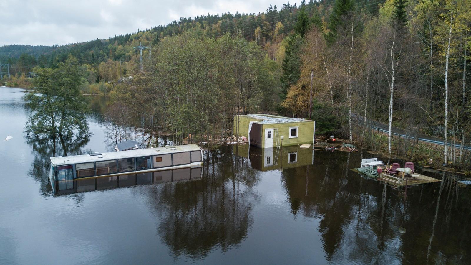 VENNESLA: Dronefoto som viser Bjønndalen Camp nord for Vennesla. De som bor der sier de aldri har sett så mye vann før.