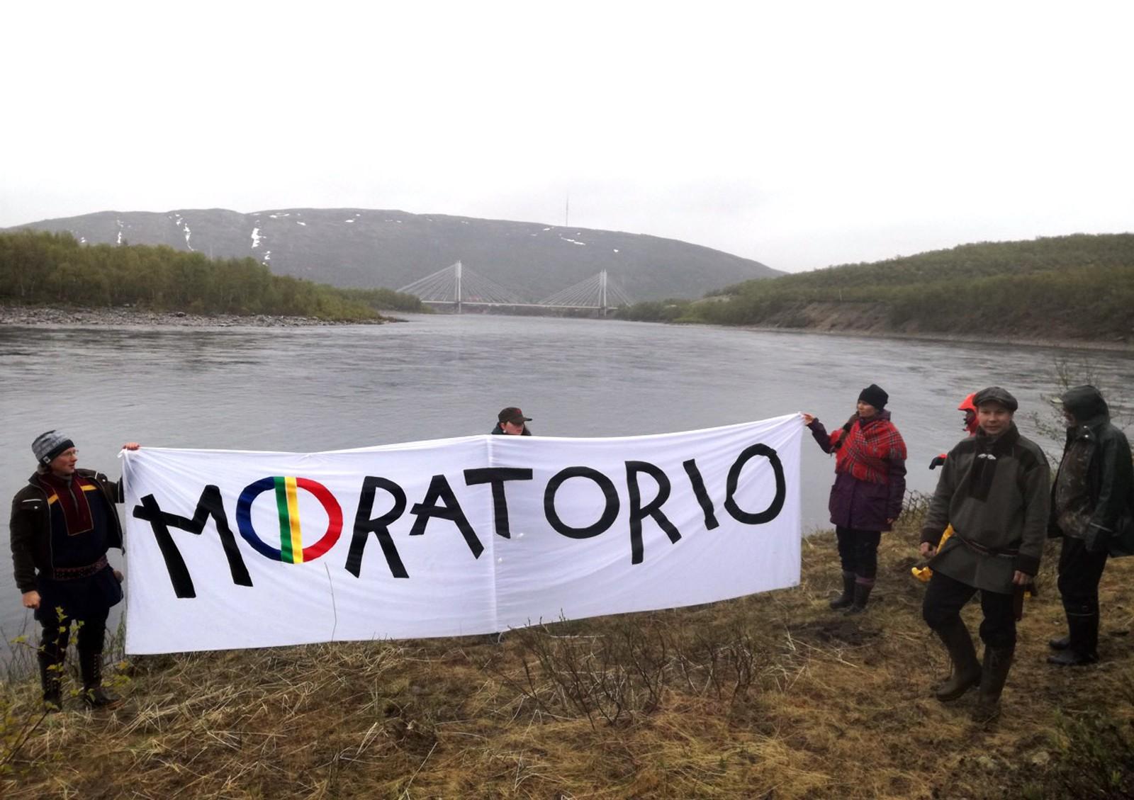 Demonstrantene kaller seg «Ellos Deatnu» som på norsk betyr «La Tanaelva leve». Gruppen består hovedsakelig av lokale og regionale samer, gjerne av den yngre garde, både fra norsk og finsk side. De har også høstet støtte fra enkelte russiske og svenske samer.