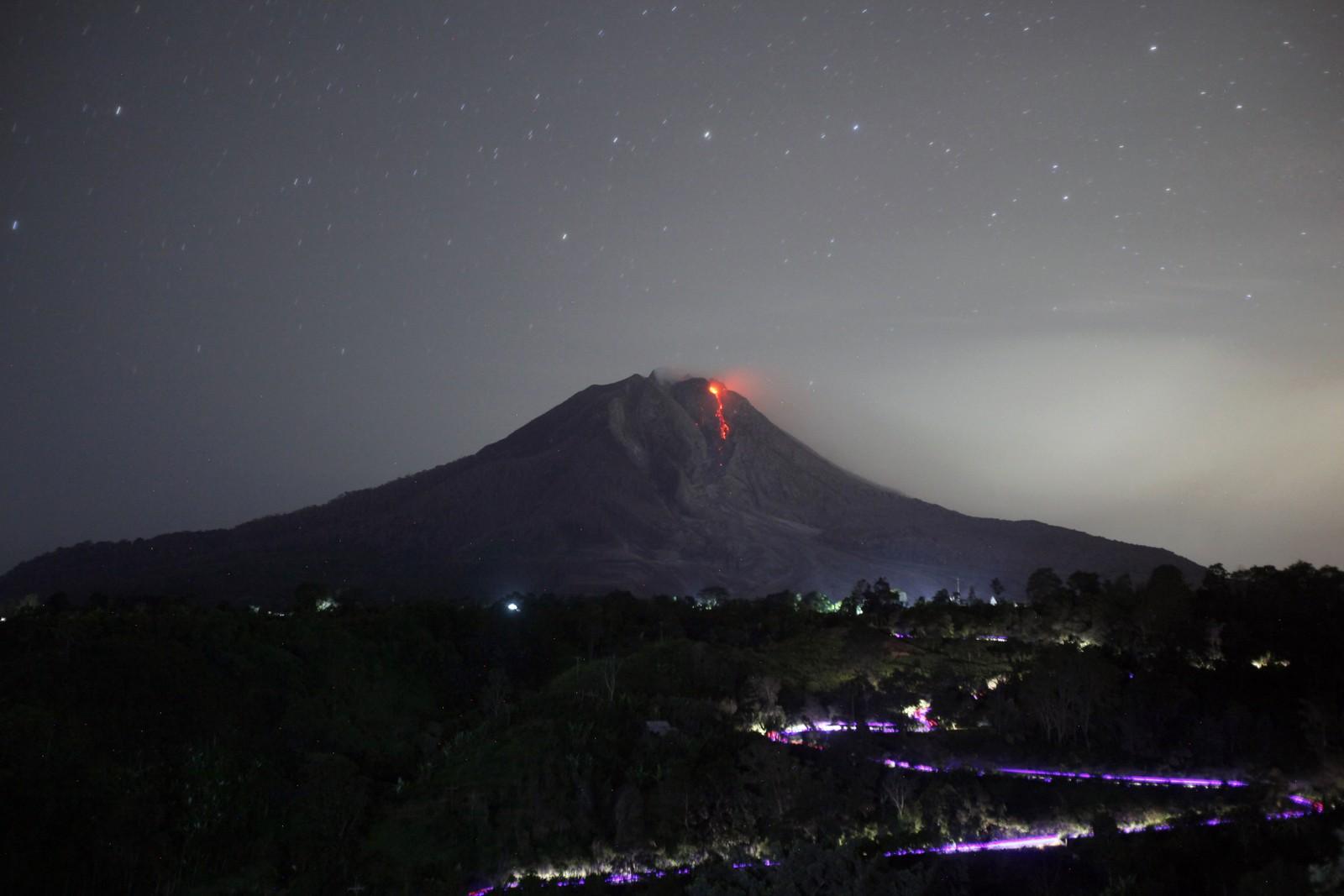 Varm lava renner ned krateret til vulkanen Mount Sinabung onsdag 24 juni.