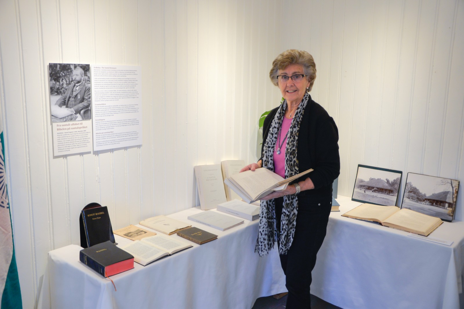 Bodil Landmark i den lokale jubileumskomiteen viser litt av bøkene Bodding har oversatt og skrevet for å ta vare på å spre språket santali.
