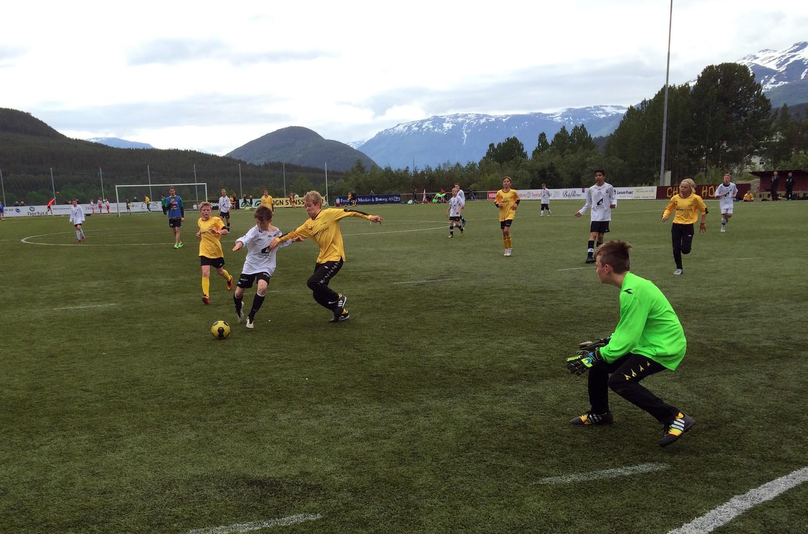 GIFTIG SPISS: Brage Vingsnes og Førde sitt G13-grendalag frå Slåtten vann 9-1 mot Os.