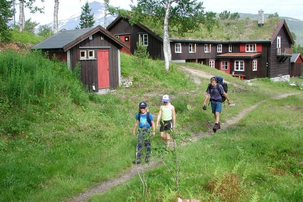 Trollheimshytta ligger midt i hjertet av Trollheimen. Hytta er knutepunktet for hytte-til-hytteturer. - Foto: Jonny Remmereit
