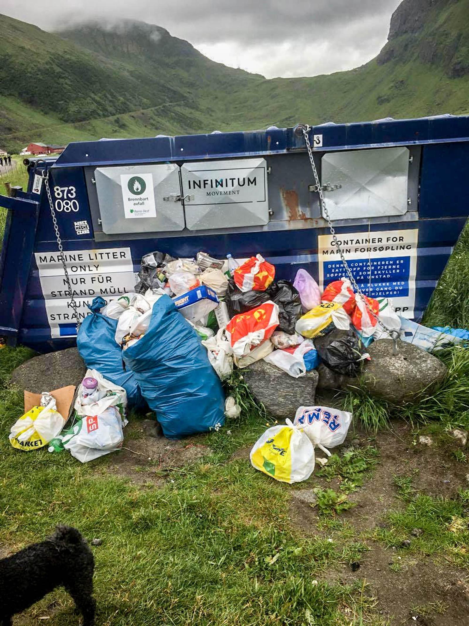 Denne containeren er satt opp av en miljøbevegelse for at strandryddere skal ha en plass å levere søppel. I stedet fylles den opp av søppel fra turister.