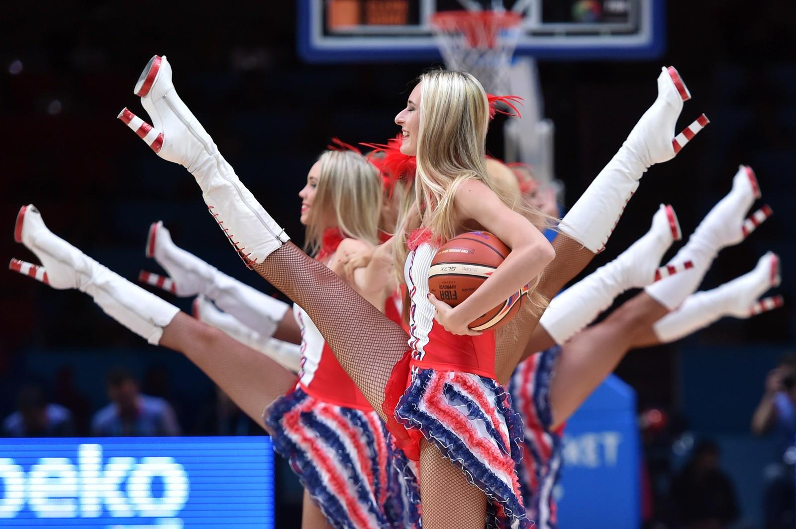 Dansere underholder i pausen i basketballkampen mellom Frankrike og Latvia i Lille, Frankrike.