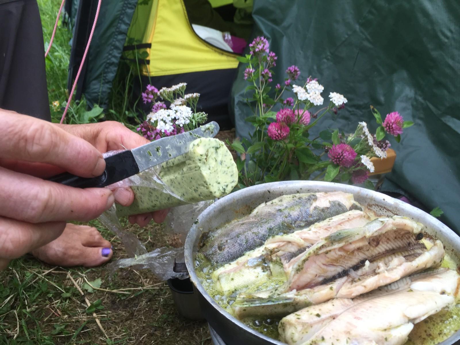 PLUKKAR URTER: Åse Evebø nyttar ramslauken, som ho kallar nordens kvitlauk, for å lage eit kryddersmør.