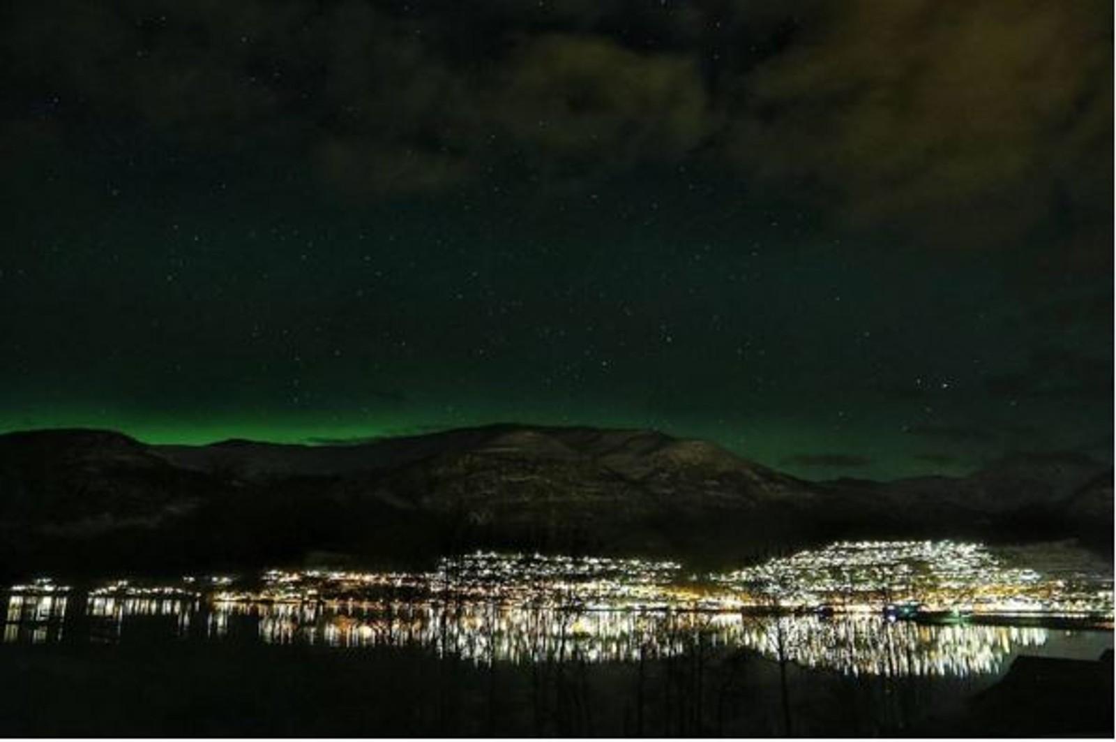 NORDFJORD: Spor av nordlys over Stryn