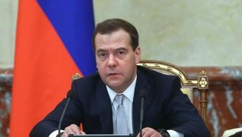 Russlands statsminister Dmitrij Medvedev gir ordre om å forsyne øst-Ukraina med gass.