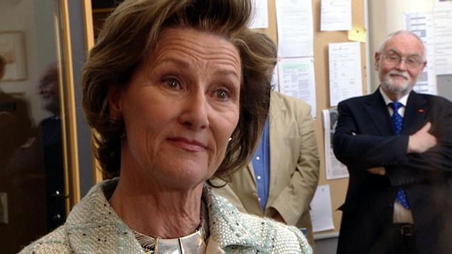 Dronning Sonja på eitt av sine mange besøk på UWC. I bakgrunnen dåverande utviklingsdirektør Magne Bjergene. Foto: Cosmin Cosma, NRK.