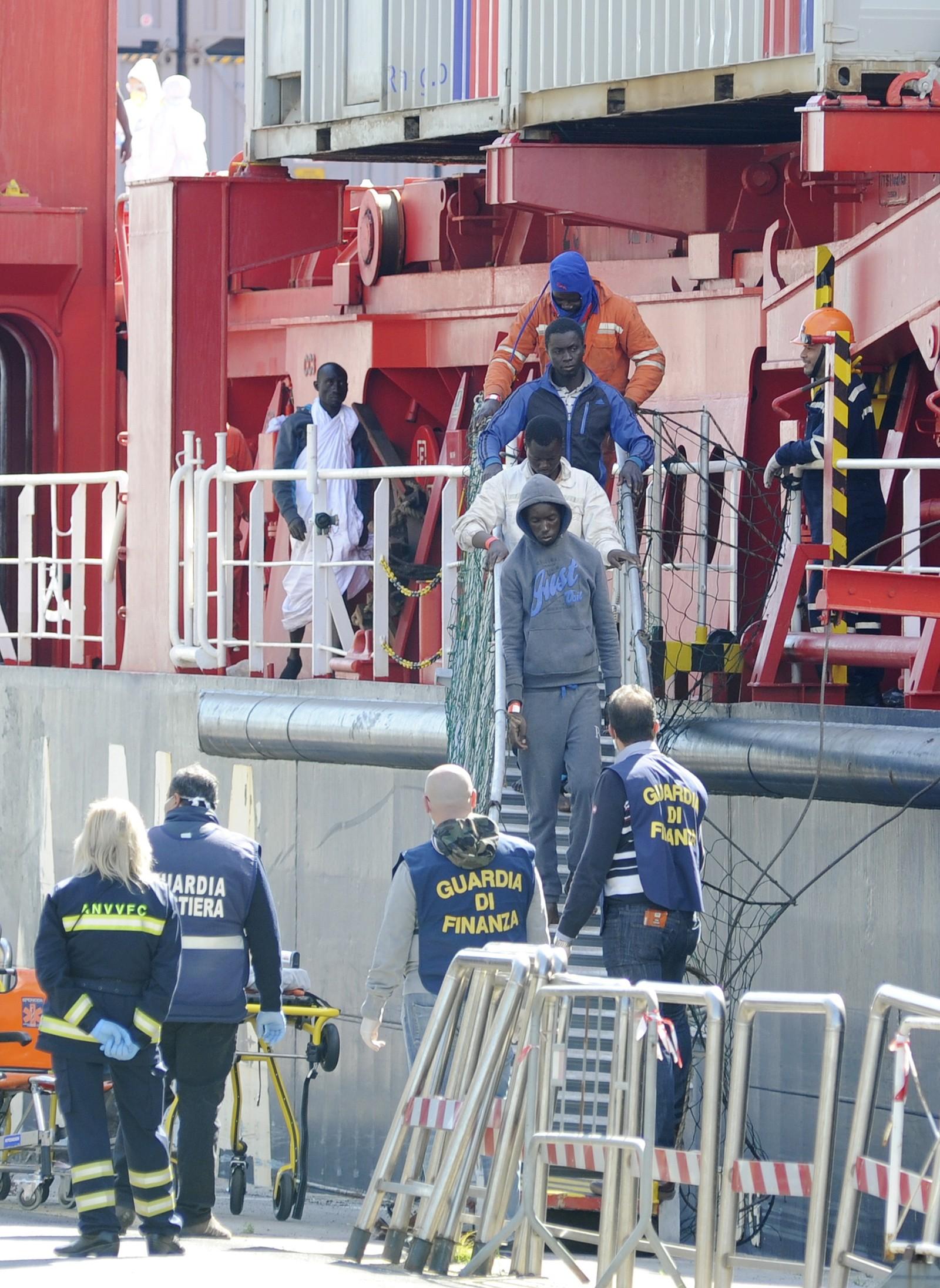 480 båtflyktninger går i land i havna i Palermo, Italia, 15. april. Disse er noen av de 1500 som kom denne dagen.