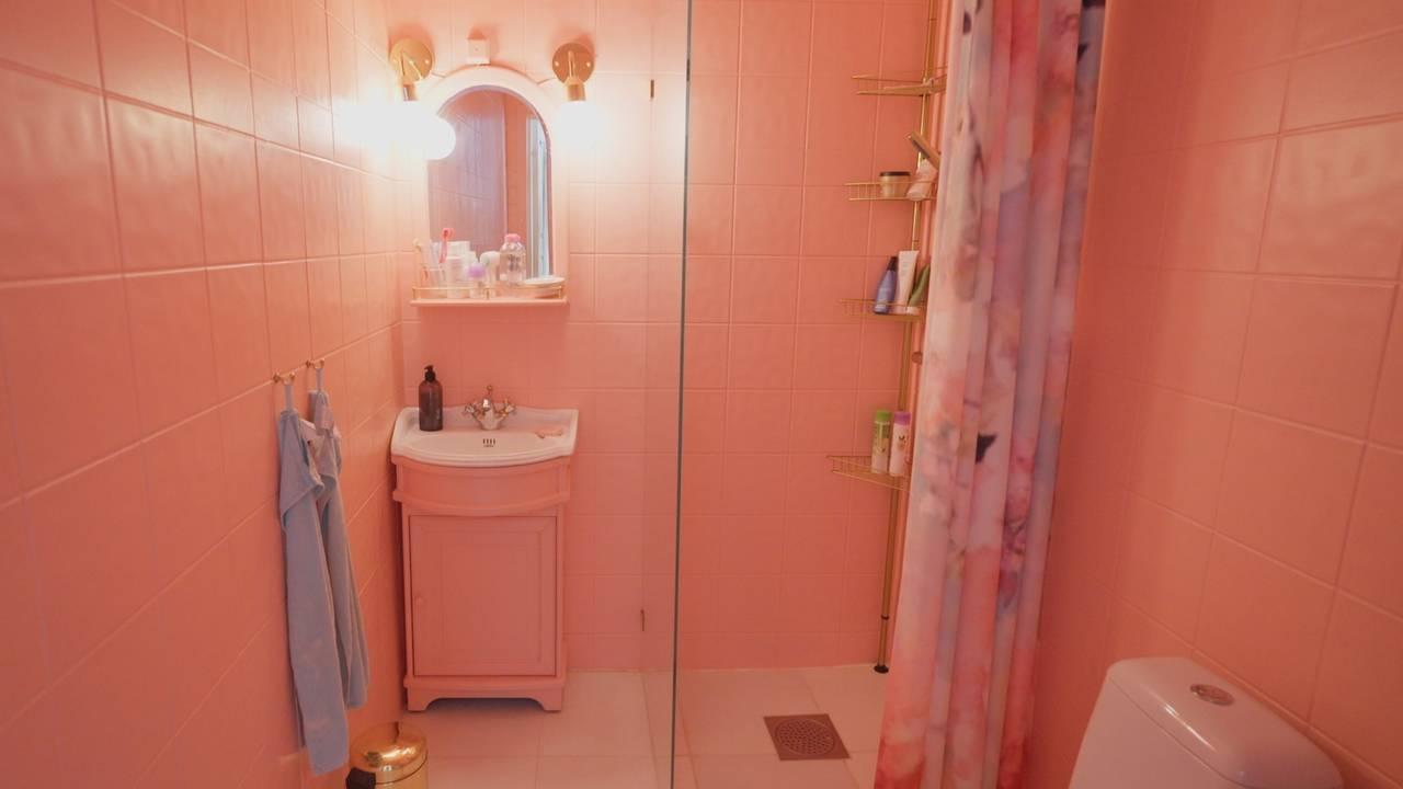 Fargar i heimen er blitt meir populært. Her illustrert med rosa bad.