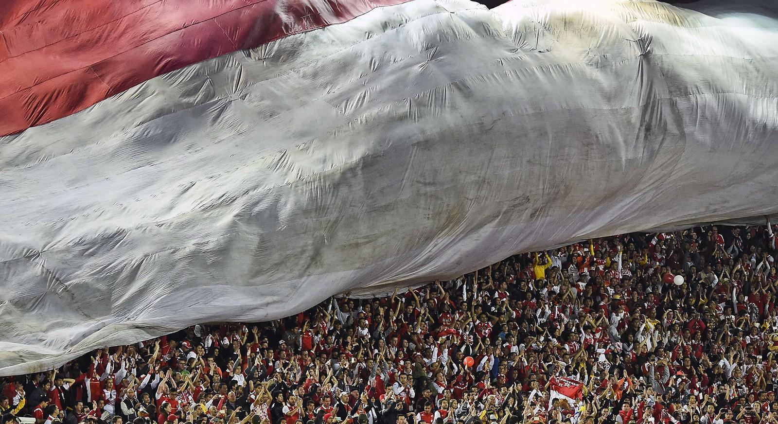 Colomibianske Santa Fe-fans feirer seieren mot argentinske Indepediente på hjemmebane under Sudamericana Cup.