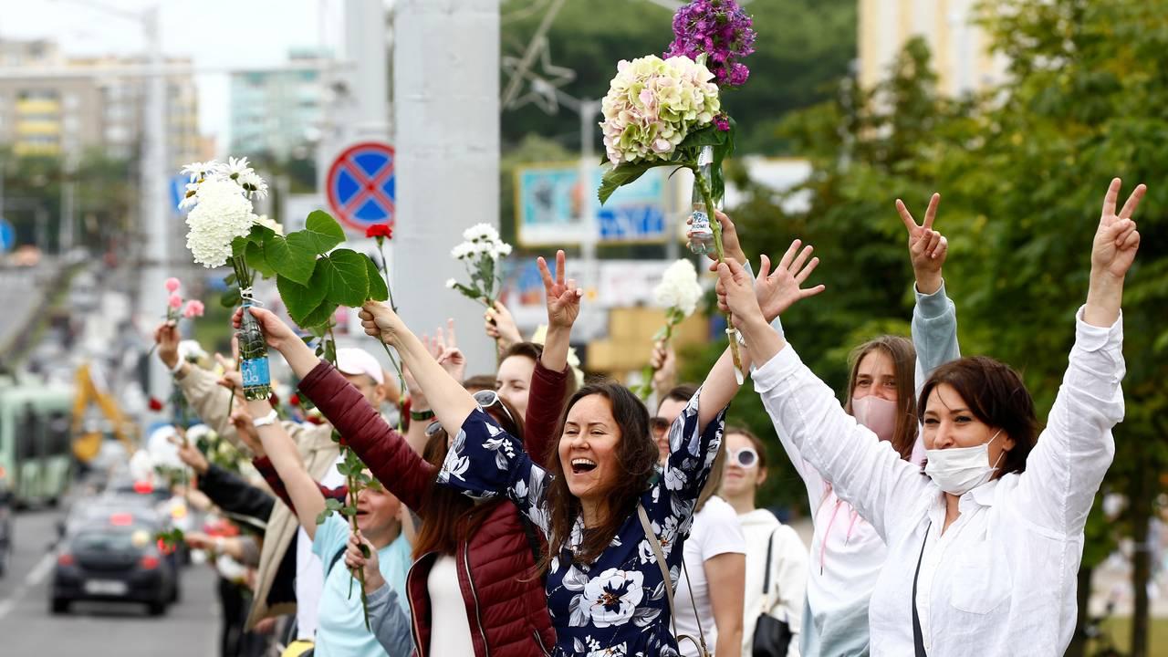 En gruppe kvinner heiser sin hortensia som protest mot valgresultatet i Hviterussland.