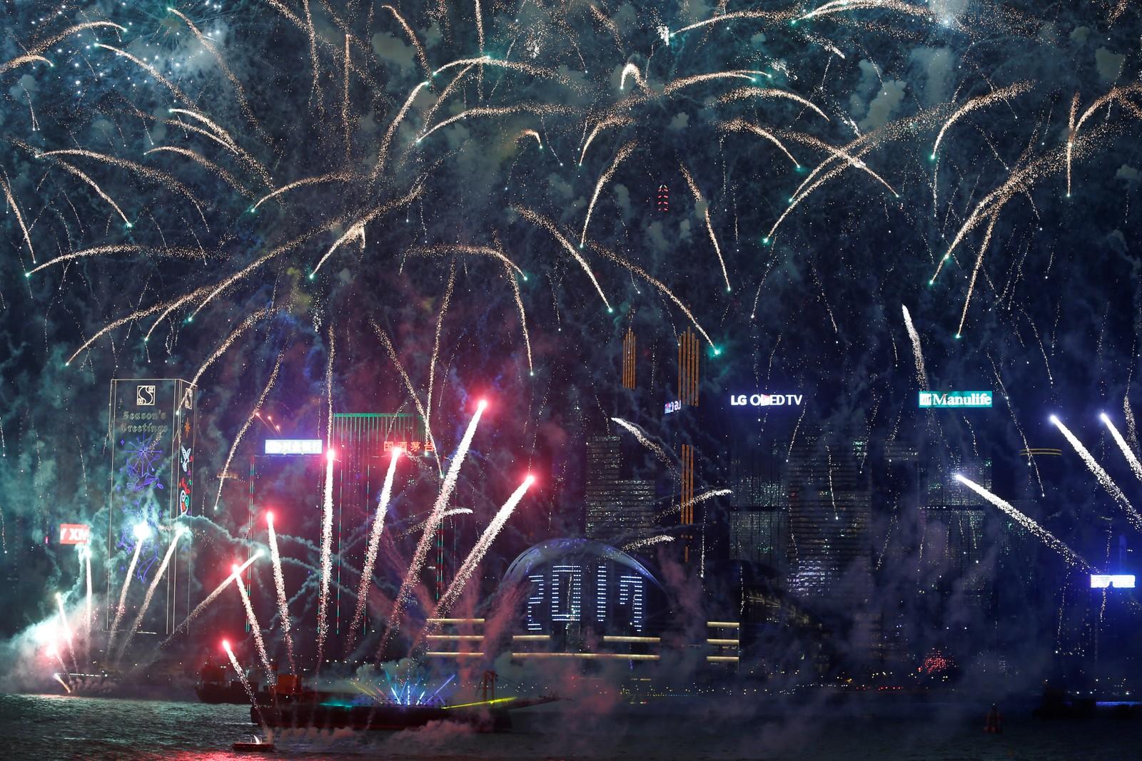 HONGKONG: Intenst fyrverkeri ønsker 2017 velkommen i Hongkong i Kina.