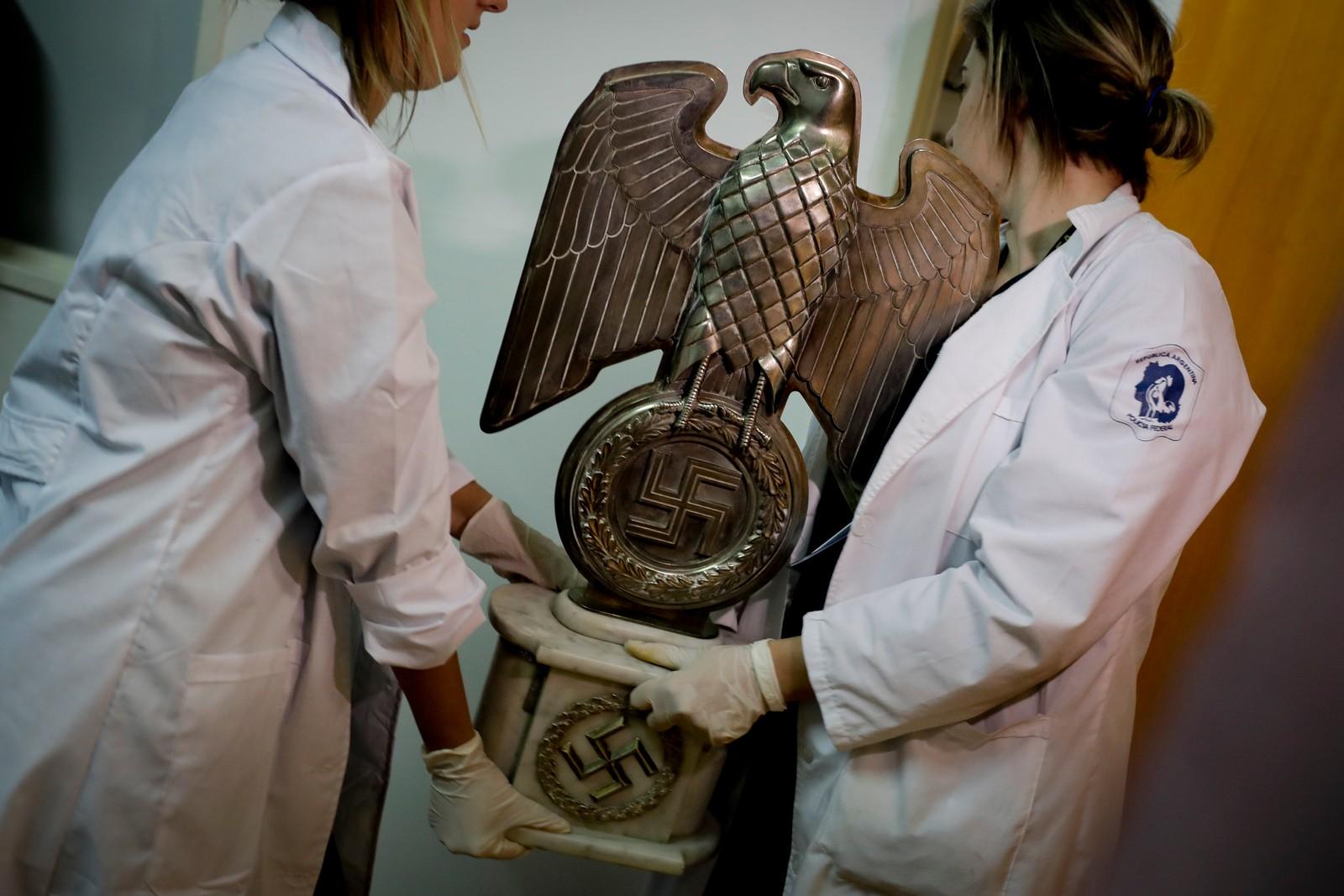 Blant gjenstandene var en statue av en ørn med hakekors.