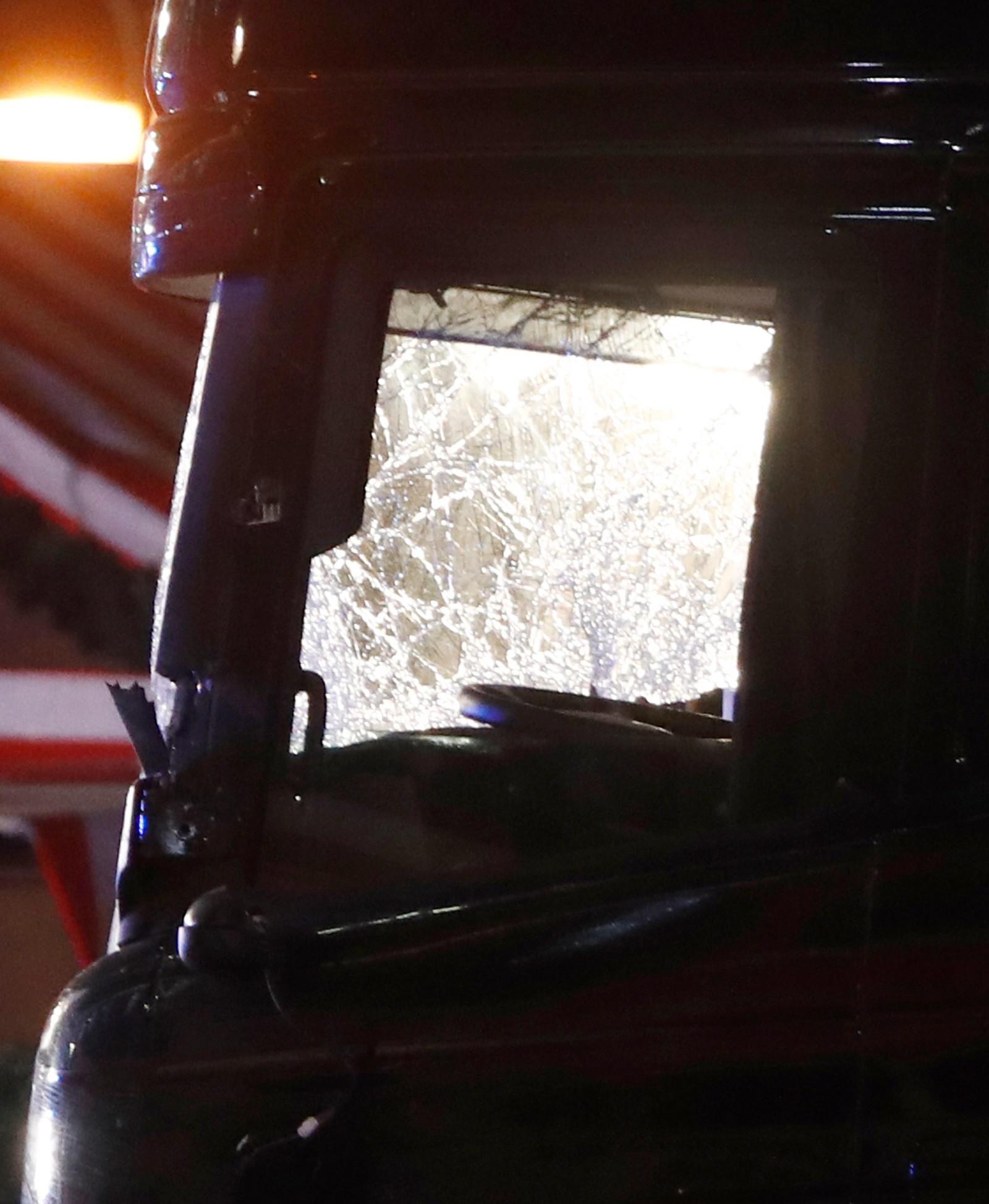 Lastebilens frontrute ble knust da bilen kjørte inn blant folk, markedsboder og juletrær.
