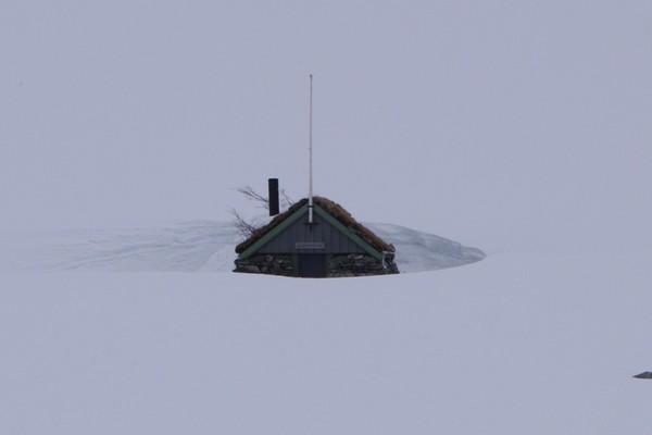 Gamle Patchellhytta snør ned vinterstid  - Foto: Karstein Ringstad