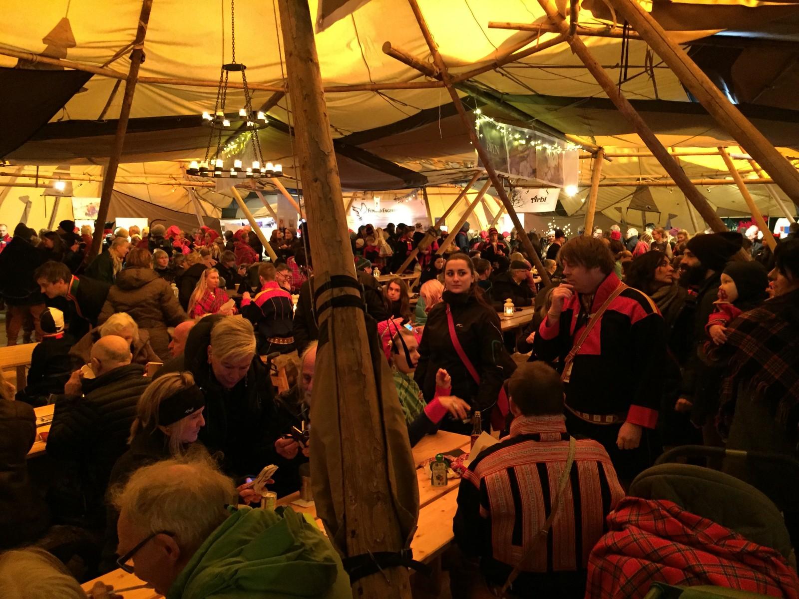 Lavvoen på torget er full av mennesker på åpningsdagen til Tråante 2017