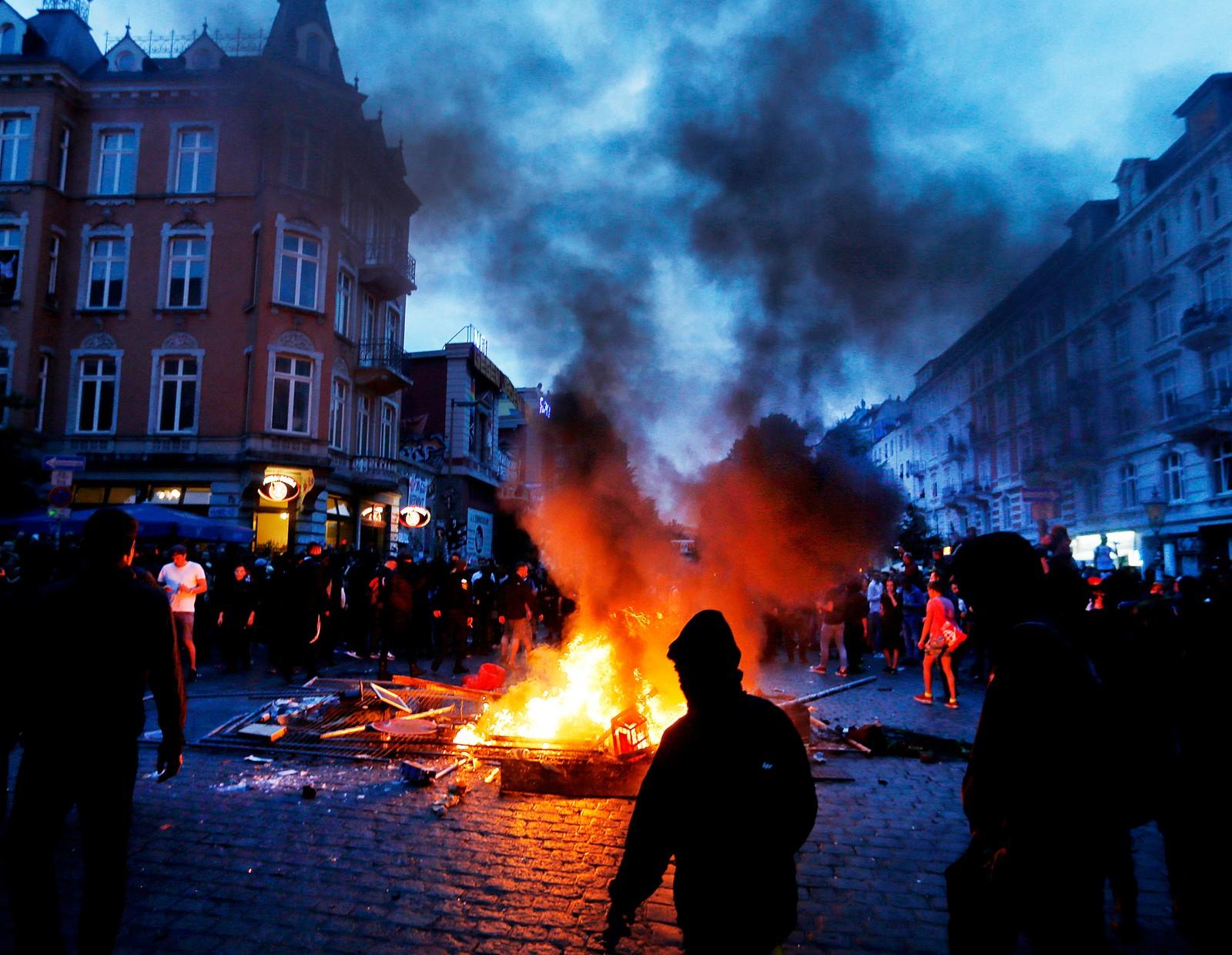 Noen demonstranter tente på barrikader.