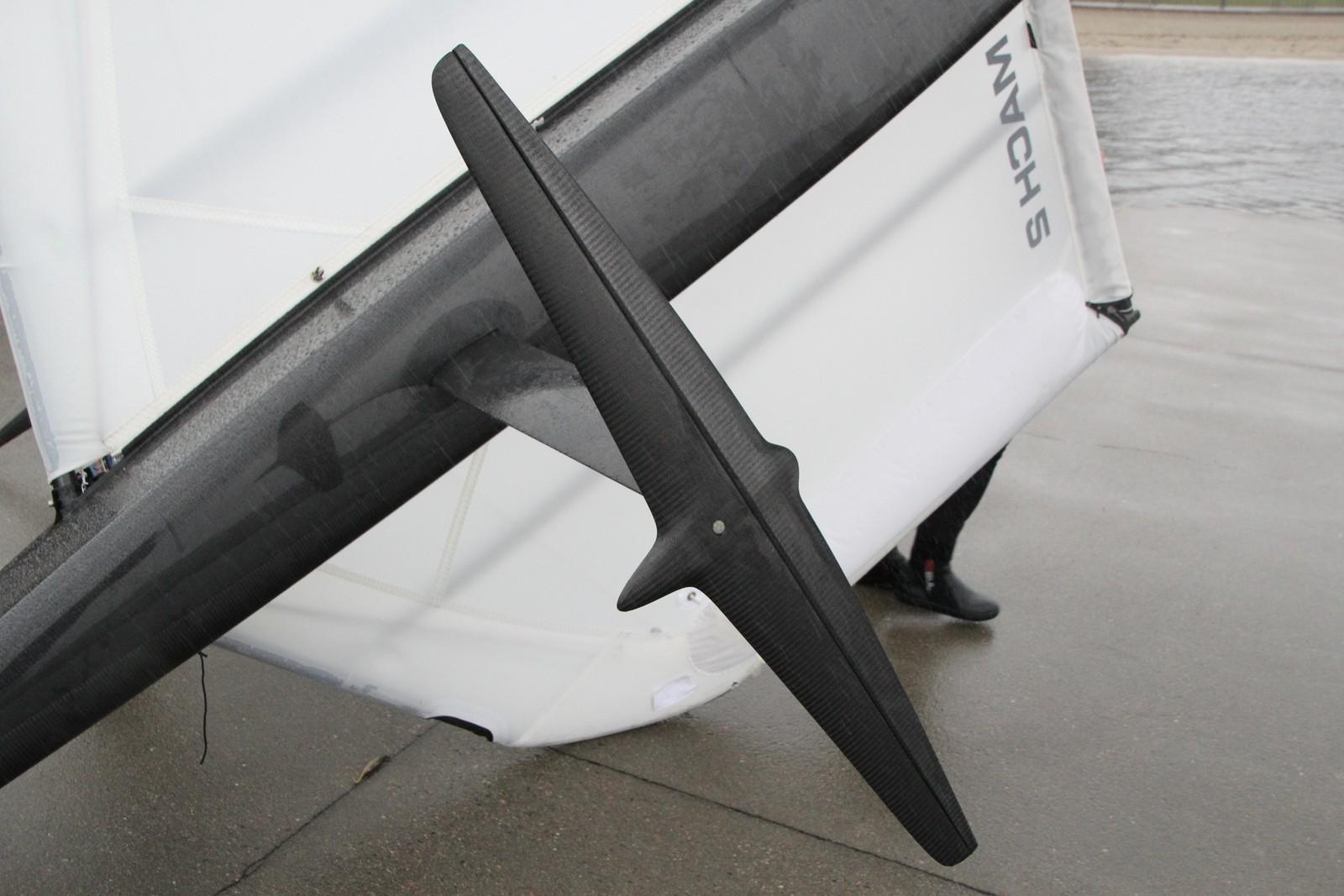 Enden på vingene, som står ned i vannet. De styres opp og ned manuelt av føreren.