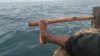 Båten styres med foten