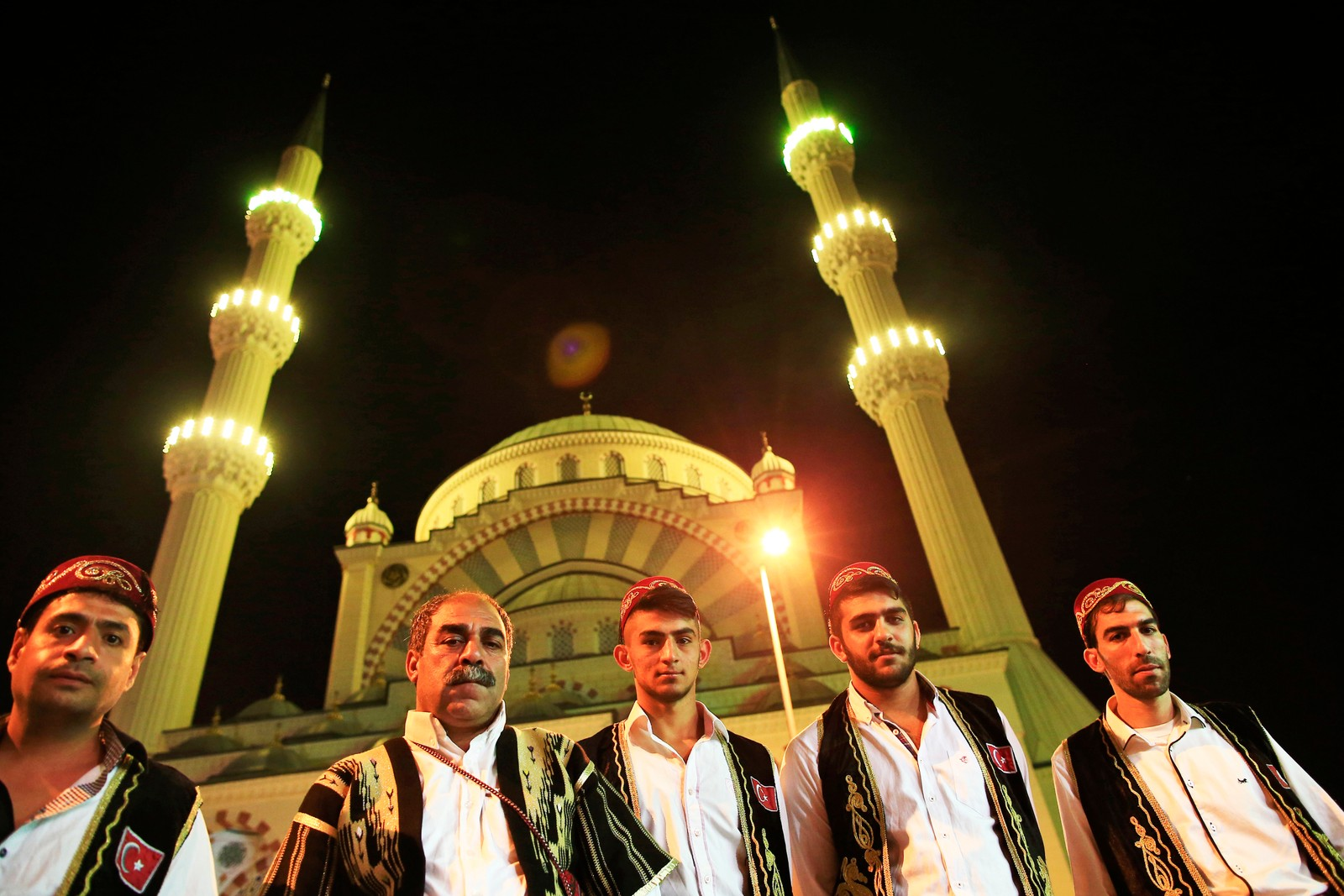 Trommeslagere i tradisjonelle ottomanske drakter vekket folk i Istanbul i Tyrkia før daggry i dag slik at de kan spise frokost før ramadan ble innledet.