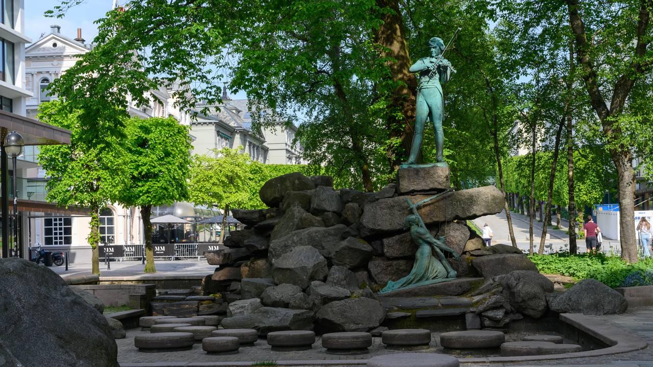 Statue av komponist Ole Bull på Nedre Ole Bulls plass. Laget av kunstner Stephan Sinding.