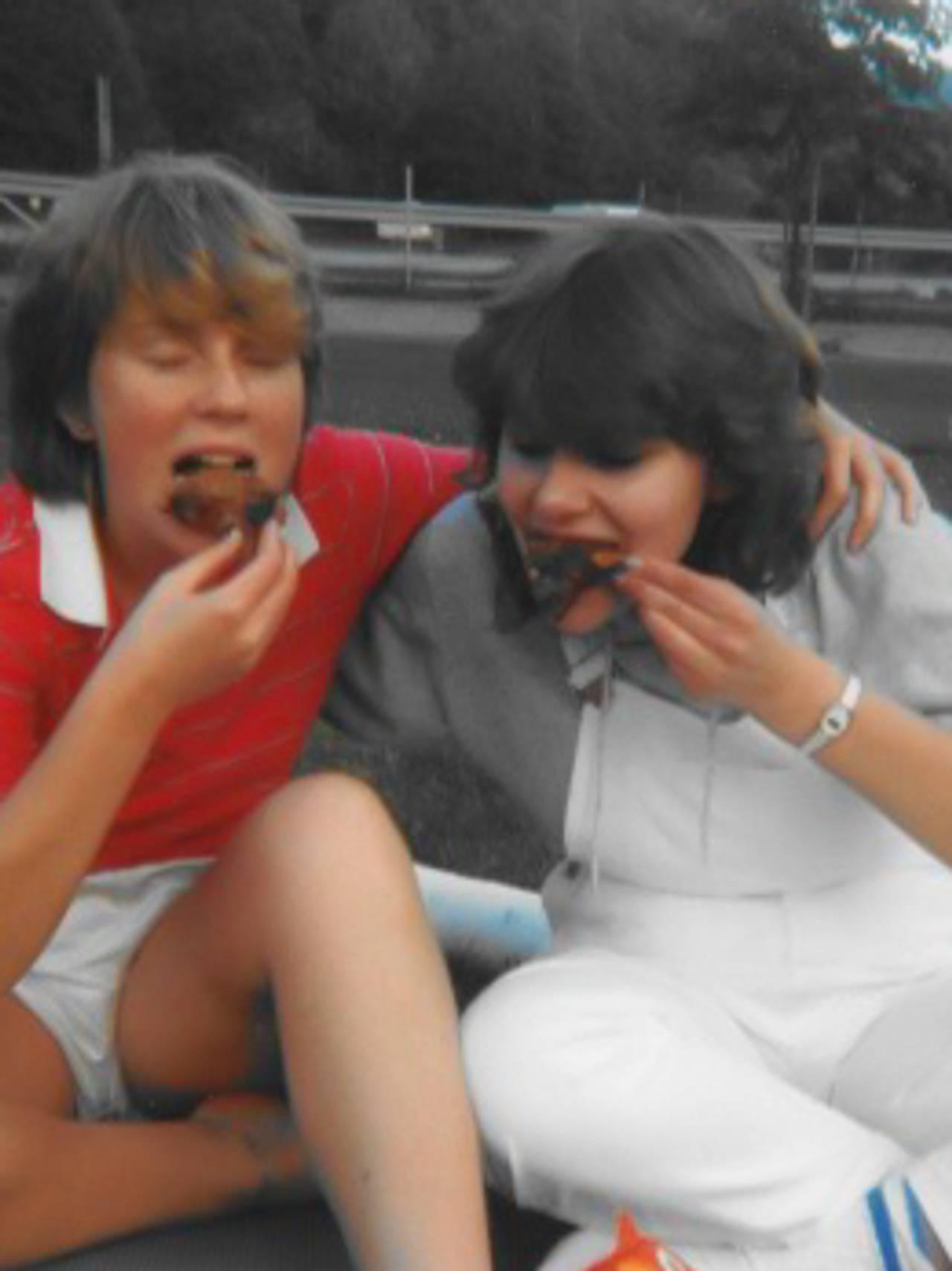 Ann-Kristin Bondevik og Anne Kari Thomassen spiser kake.