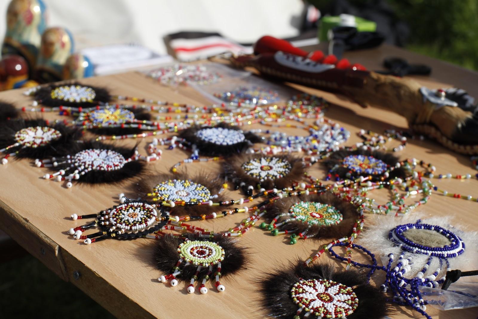 Disse smykkene av perler skal forestille solen, som gir beskyttelse til mennesket.